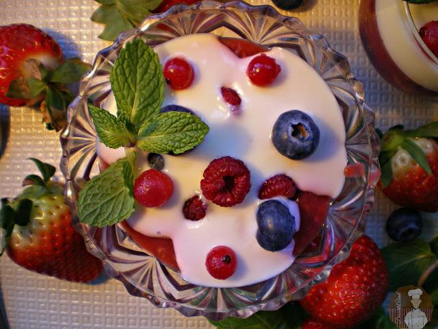 Rote Grütze mit Vanillesoße