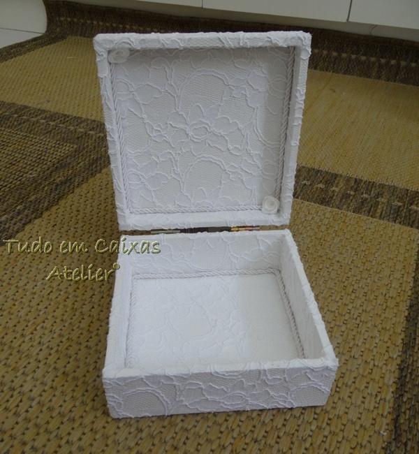 9b0cca13086d Essa caixa com almofada em shantung, cetim e drapé central com flor já é um  clássico aqui na Tudo em Caixas…Adoramos a sensação de saber que nosso  trabalho ...