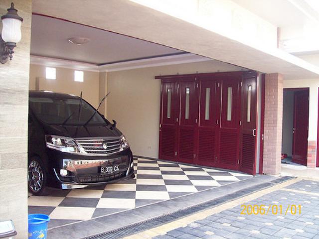 garasi rumah dengan lantai marmer