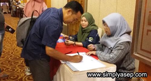 REGISTER : Seorang peserta check in mengisi daftar hadir dan mendapat gelang HOC Kalbar yang dipakai selama acara berlangsung. Foto Asep Haryono