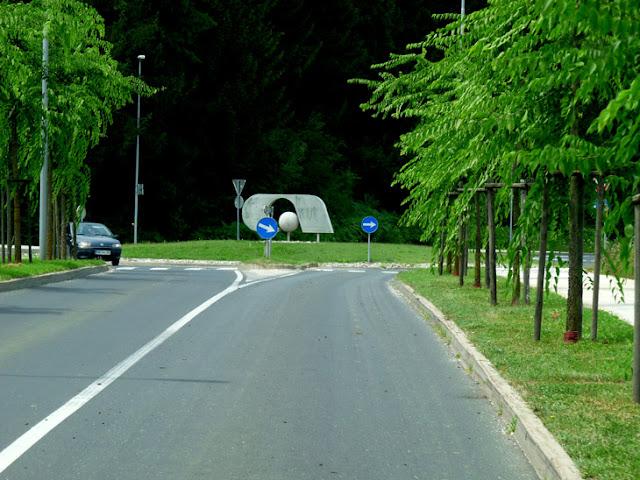 Foto de la rotonda de acceso a la fábrica de Adria en Novo Mesto (Eslovenia). Ruta en autocaravana por Eslovenia