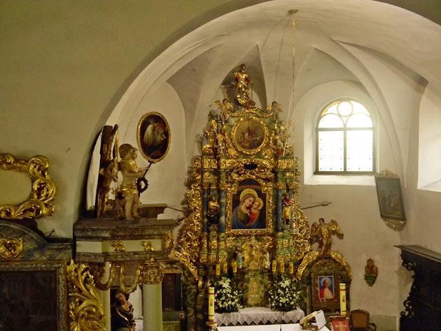barokowe rzeźby ołtarza, interesujące sklepienie kościoła