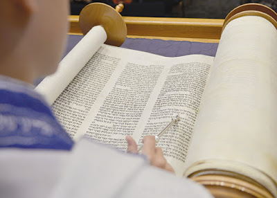 Un consejo que los tutores de b'nai mitzvah comparten con los nuevos estudiantes y sus padres: Para tener éxito en el gran día, nada toma el lugar de la práctica para dominar las oraciones requeridas y la Torah y haftarah que canta para ganar el rito en judío en edad adulta.