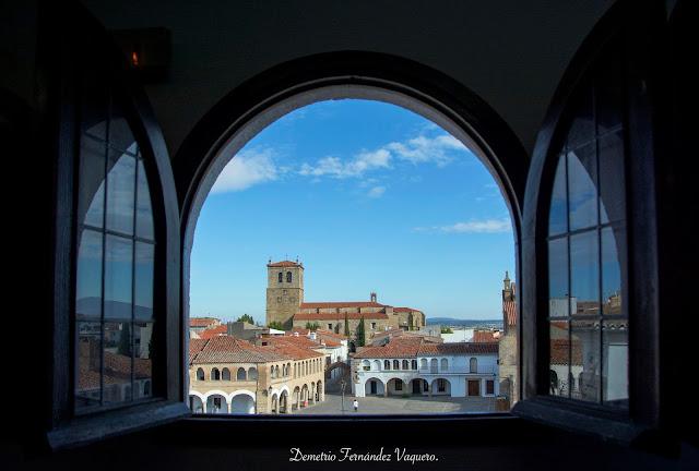 Plaza de Garrovillas de Alconécar a través de la ventana del Corral de Comedias