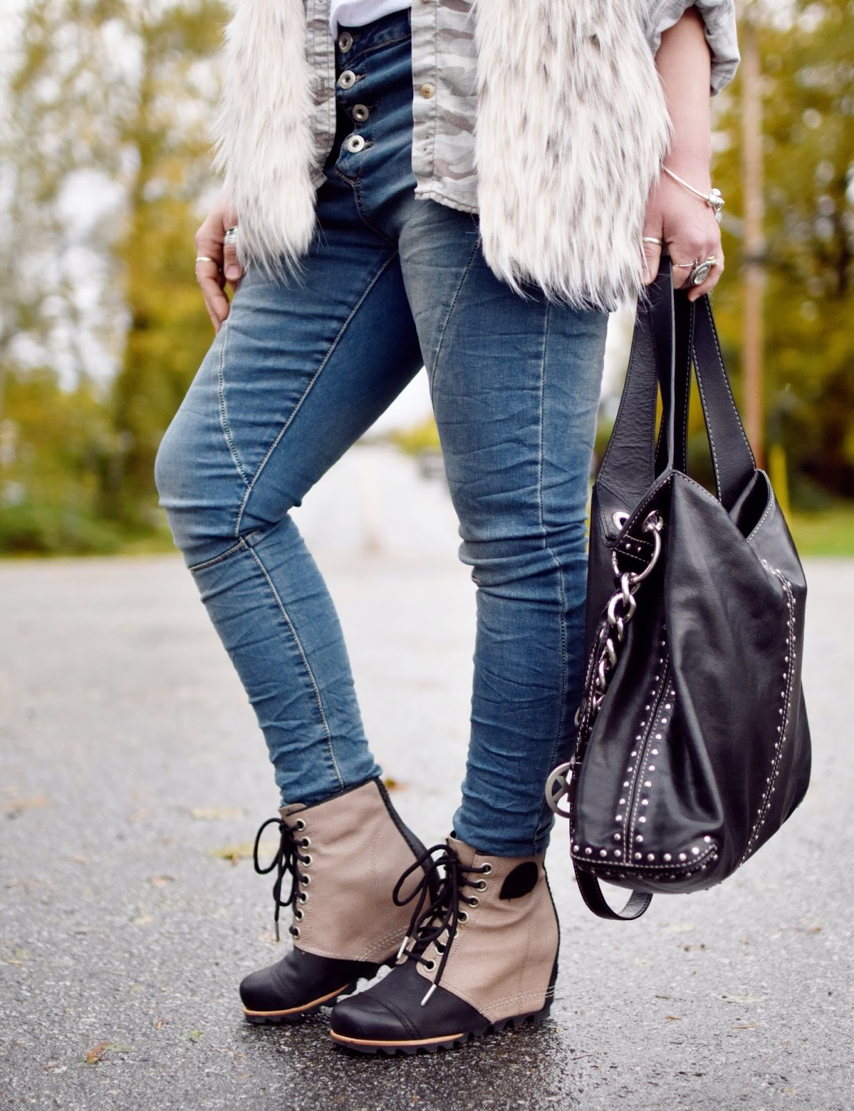 Outfit inspiration c/o Monika Faulkner - skinny jeans, faux-fur vest, Sorel booties, MK bag