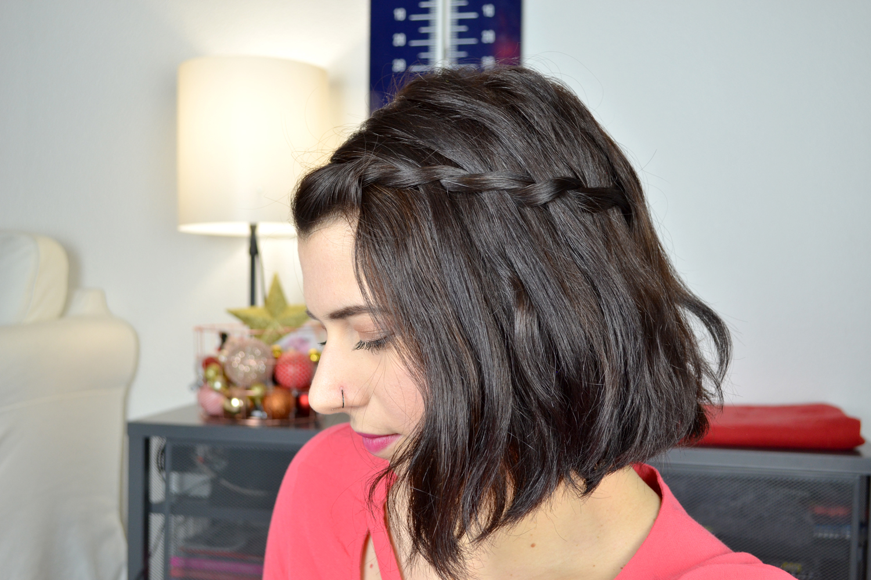 tuto quatre jolies coiffures pour cheveux courts toute de rose poudr e. Black Bedroom Furniture Sets. Home Design Ideas