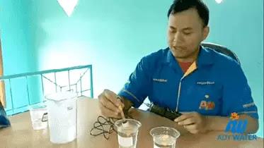 Sales Ady Water Pak Fajri Memeragakan Penggunaan pH Meter