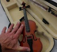 Le violon miniature permet aux petits d'apprendre la musique