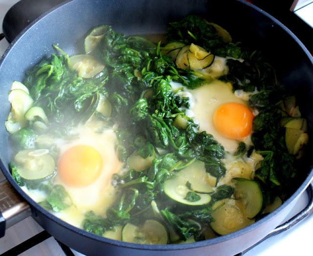 potrawa ze szpinakiem,obiad,szpinak, jaja sadzone,jaja w szpinaku,cukinia,danie z cukini,Sycylia,danie włoskie,kuchnia włoska,proste danie,