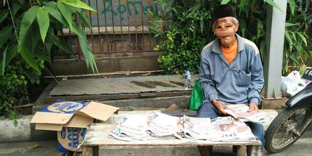 Karena Kebaikannya, Kakek Penjual Koran Yang Wajahnya Diperban Ini Dapatkan Rezeki Tak Terduga