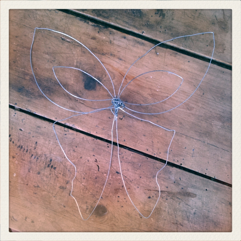so sooo cute fabriquer des papillons en fil de fer et papier. Black Bedroom Furniture Sets. Home Design Ideas