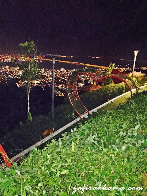 bukit bendera pada waktu malam, apa yang ada di bukit bendera pada waktu malam, tiket keretapi bukit bendera, cara untuk ke bukit bendera, visit penang, kawasan sejuk di penang, apa yang menarik di penang, aktiviti menarik di penang pada waktu malam, view penang from bukit bendera, kawasan peranginan di penang, tempat pelancongan di penang