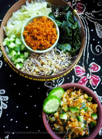 #Urap Sayur / Indonesian vegetables mix with spicy coconut-Çitra's Home Diary #indonesianfood #urapsayur #vegan #vegetarian #asian #vegetableswithcoconut