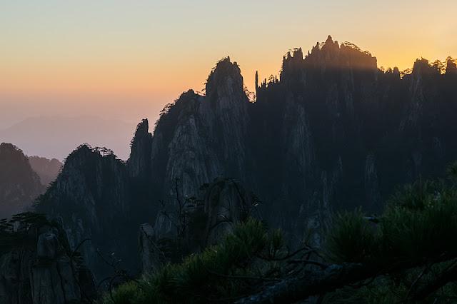 Crête crénelée des montagnes du Huangshan à l'aube