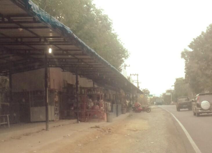 Bangunan dagangan makanan dan jajanan khas Labusel di Jalinsum Kotapinang yg dibangun diatas lahan 'illegal'