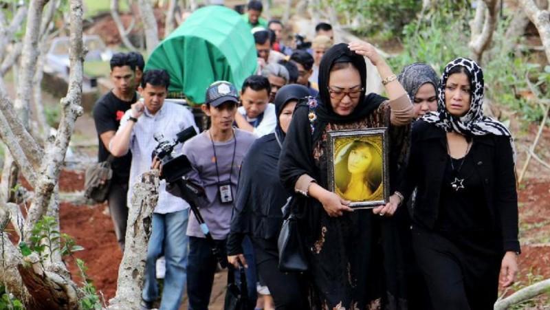 Jenazah Yana Zein dimakamkan secara Islam