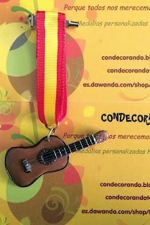 Medalla en fimo de una guitarra clásica