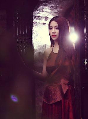 Linh Miu diện áo yếm khoe ngực căng đầy 5