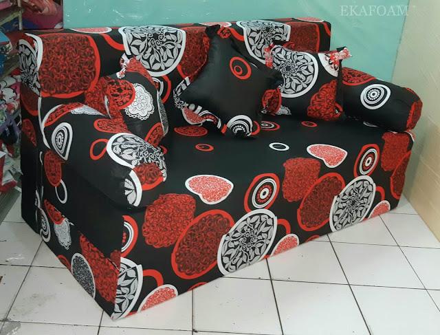 Sofa bed inoac motif darkmoon orange saat di fungsikan sebagai sofa