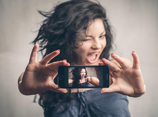 كيف تلتقط صورة سيلفي بإستعمال صوتك فقط !