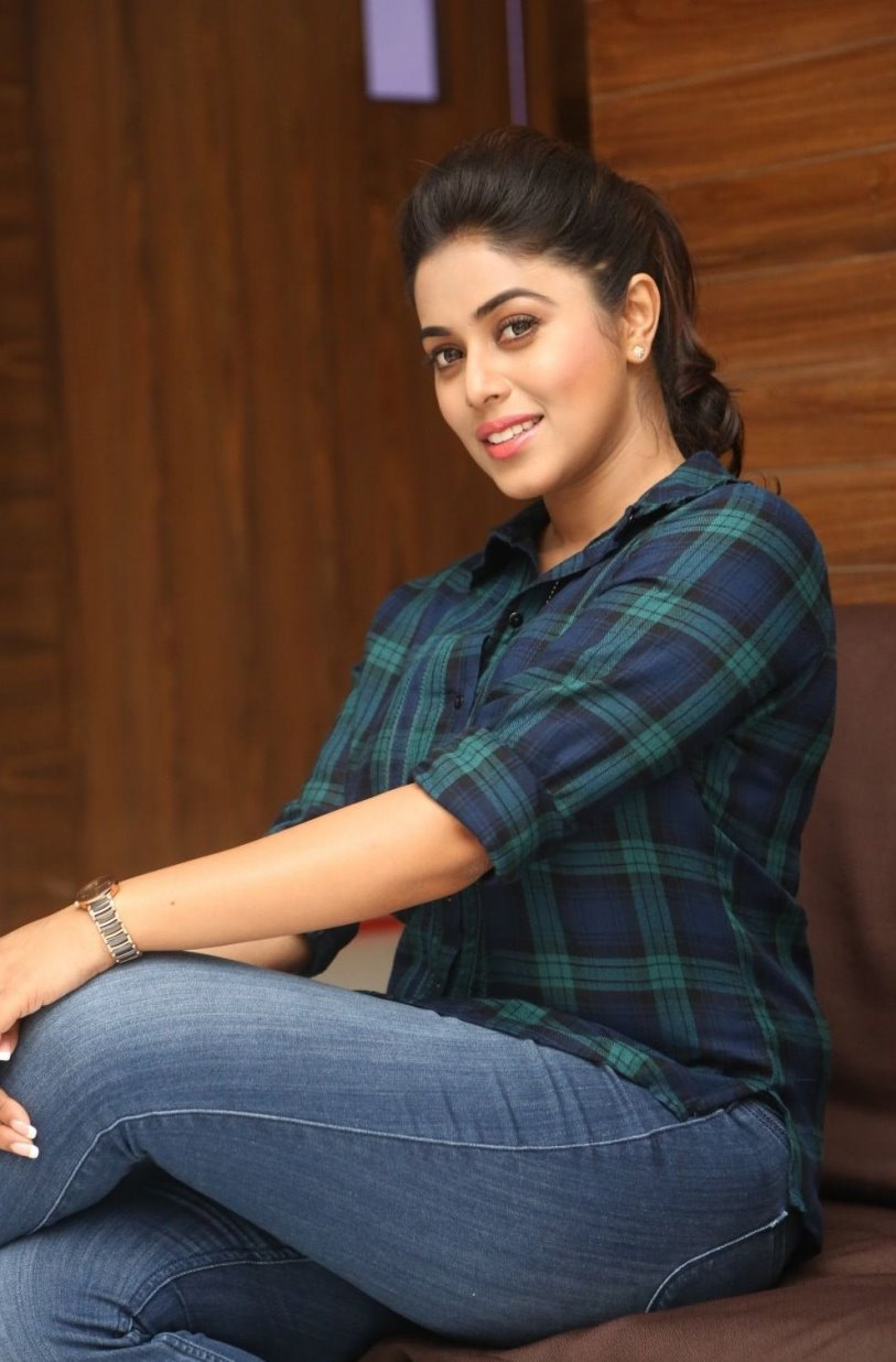 actress in tight jeans photos