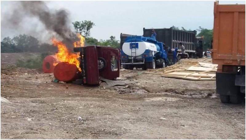 Massa juga membakar 1 mobil