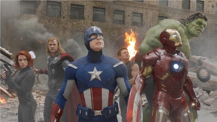 Avengers pays tribute to Stan Lee : アベンジャーズの初代メンバー、ロバート・ダウニー・Jr.、ダブル・クリス、マーク・ラファロ、ジェレミー・レナー、そして、スカーレット・ジョハンソンの計6名が、故スタン・リーおじさんを偲ぶ追悼広告を共同で掲載 ! !