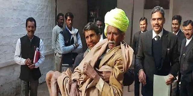 पुलिस ने 95 साल के बुजुर्ग किसान को फरार बताया, बेटा गोद में उठाकर कोर्ट पहुंच गया | Guna, mp news