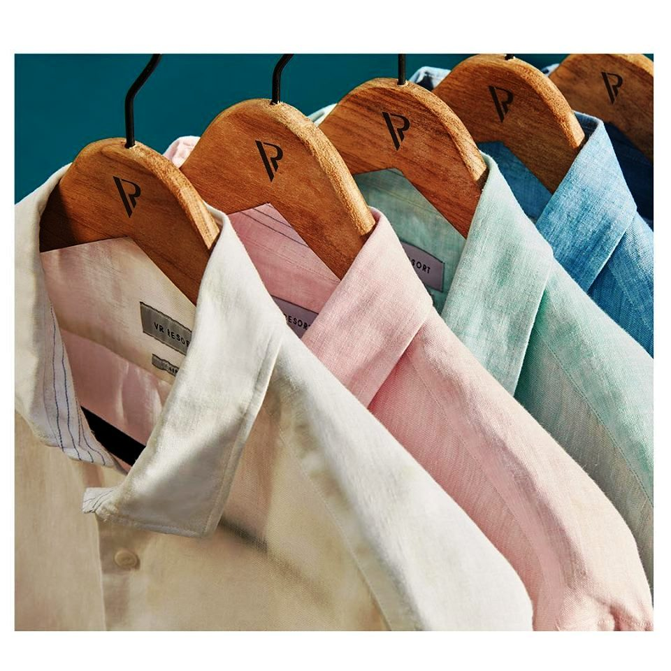 d0325aa74794e Feito com fibras naturais, esse material é uma aposta para o guarda-roupa  masculino, possibilitando diversas combinações que equilibram a casualidade  e ...