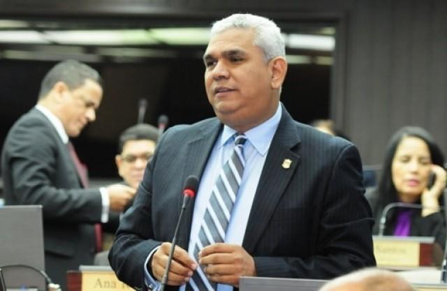 Diputado Quiñones pide disculpas a Pacheco tras acusarle de negociar con el PLD