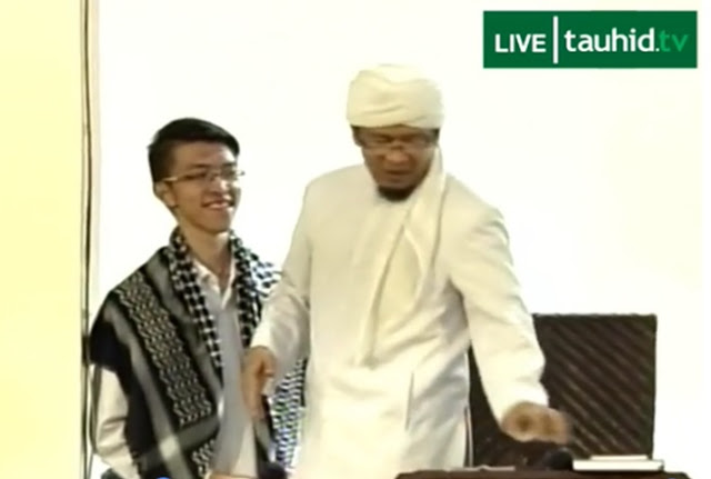 Pemuda Kristen Ini Masuk Islam Di Hadapan Ribuan Jamaah, Aa Gym Pun Berikan Hadiah Ini