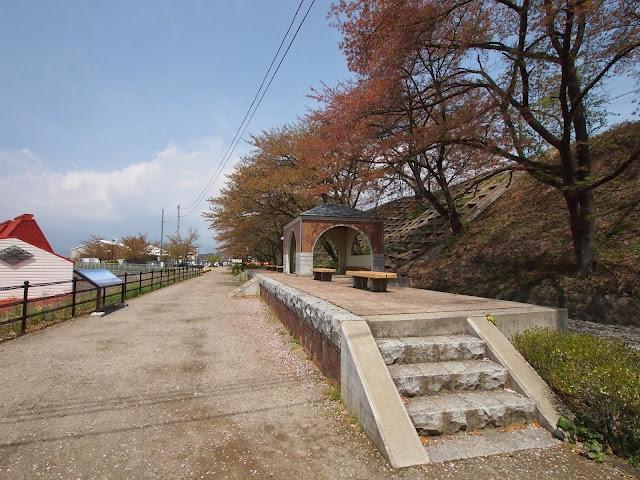 甚六桜公園 旧勝沼駅 ホーム跡