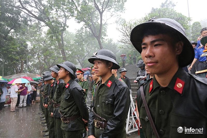 Chùm ảnh lực lượng tình nguyện đội mưa làm hàng rào tại Đền Hùng - Ảnh 10