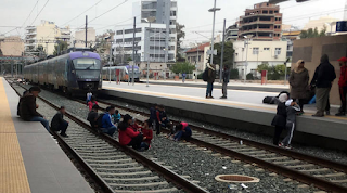 Πρόσφυγες έκλεισαν τον Σταθμό Λαρίσης με αίτημα να φύγουν από την Ελλάδα