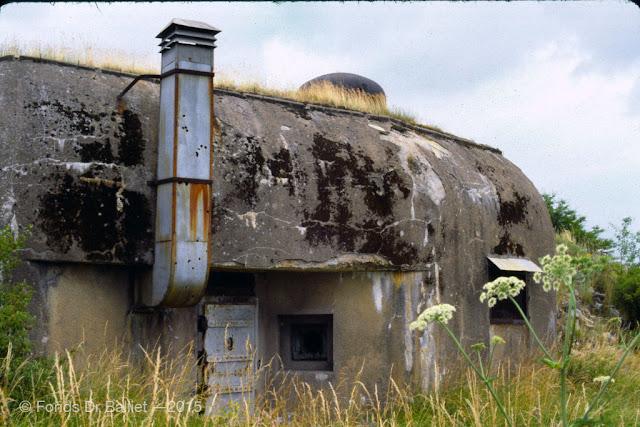 Abri-caverne du Petit-Rederching — noter les impacts de balles sur la cheminée (cliché Balliet J.M., vers 1977)