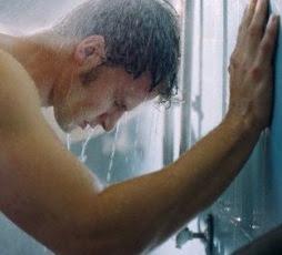 seorang yang mandi pada malam hari masa tuanya akan mengalami rematik atau penyakit tulan Pengaruh Mandi Pada Malam Hari bagi Kesehatan