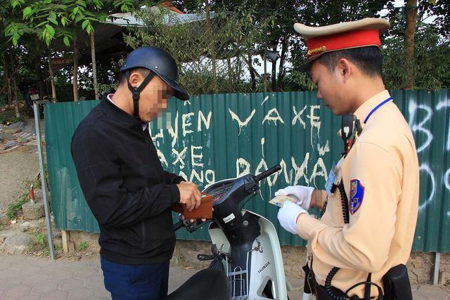 Lạ lùng cảnh hàng trăm người dắt xe máy ngược chiều đối phó CSGT ở Hà Nội 8
