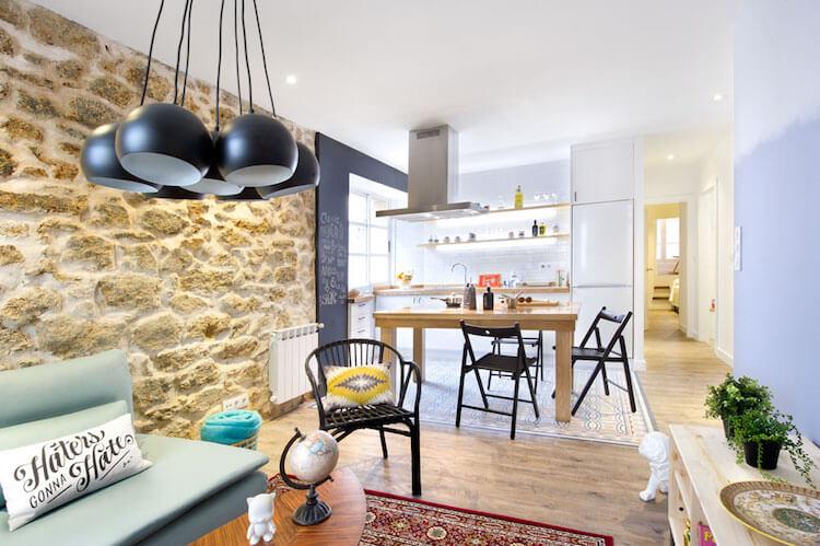 Como decorar una vivienda para alquilarla más rápido- salón con cocina integrada casa de alquiler