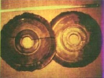 Foto di due presunti dischi Bayan Kara Ula come vengono anche chiamati
