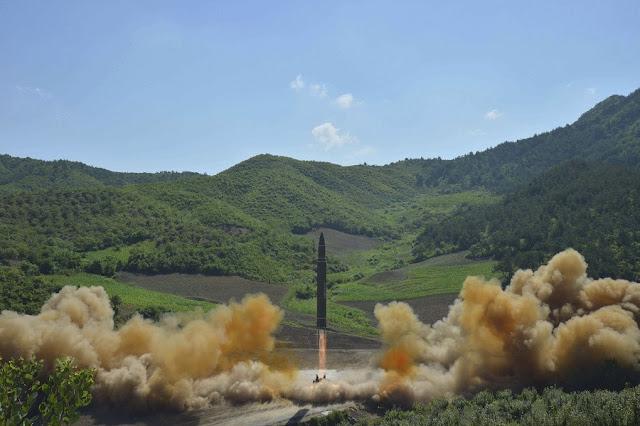 Como resposta ao lançamento de um míssil intercontinental por parte da Coreia do Norte, Estados Unidos e Coreia do Sul fizeram testes conjuntos com lançamentos de mísseis balísticos no mar do Japão nesta quarta-feira (05/07). De acordo com as informações divulgadas por militares norte-americanos, o exercício foi determinado por ordem direta do presidente Donald Trump e foram usados mísseis de precisão desenvolvidos pelos dois países.