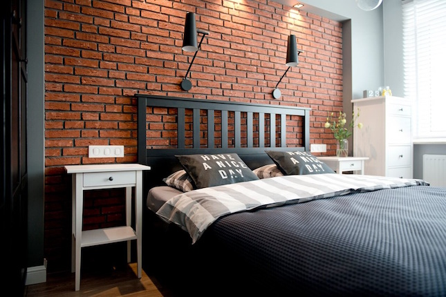 dormitorio con pared de ladrillo