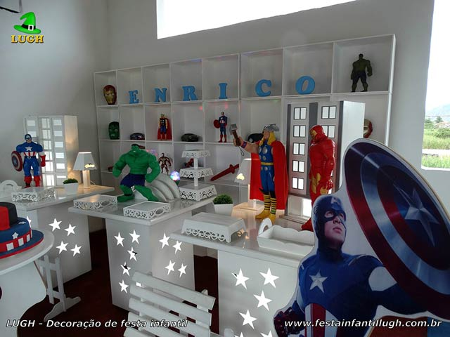 Mesa decorada provençal simples para festa de aniversário Vingadores com escaninhos