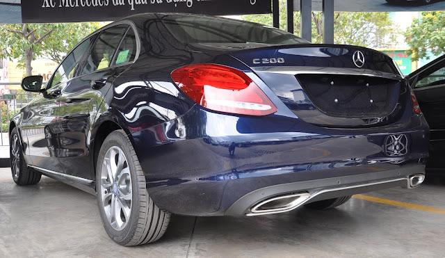Đuôi xe Mercedes C200 thiết kế đơn điệu, mềm mại