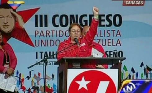 """María Uribe recitando el """"Chavez nuestro""""."""