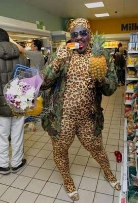 moda fuera de lugar en el super mercado