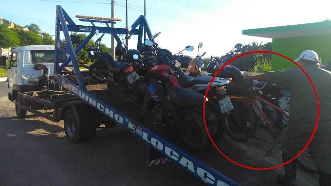 Agente do SMTT recolhe bicicleta e imagem viraliza em Jacobina; entenda o caso