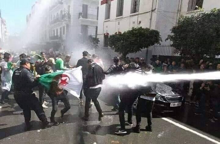 وزير جزائري يثير غضب المتظاهرين بوصفه مطالبتهم بإسقاط كامل النظام بالدعوة الى الفوضى