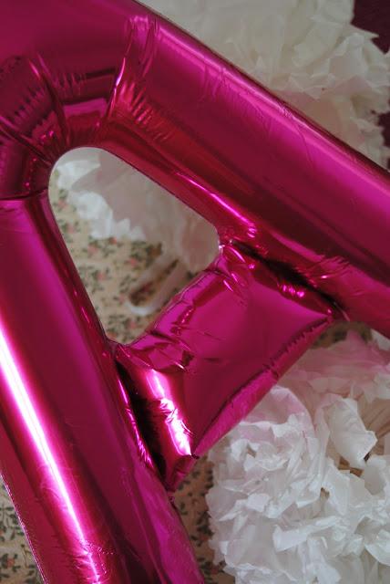 particolare dell' allestimento sweet table con ballons