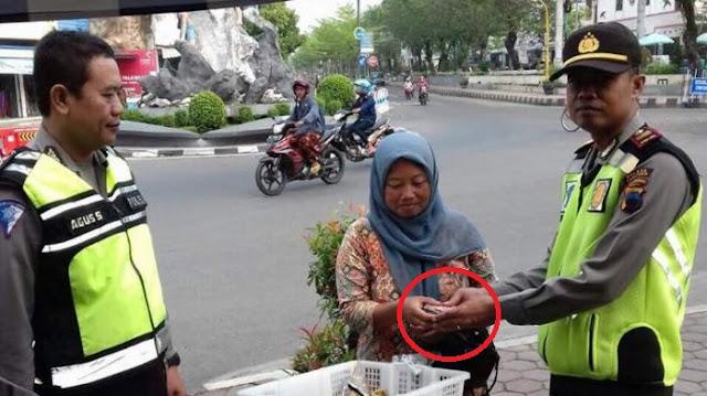 Kisah Penjual Sayur Temukan Segepok Uang Bernilai Jutaan Rupiah, Bukan Diambil Malah Dilaporkan ke Polisi!