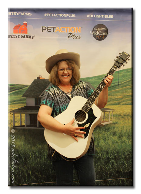 Picking and Grinning at BlogPaws